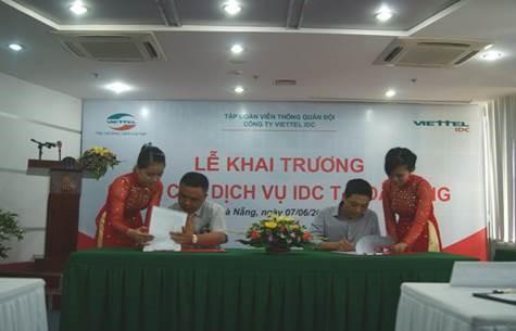 Viettel IDC và đại diện khách hàng ký hợp đồng sử dụng dịch vụ ngay tại buổi lễ khai trương