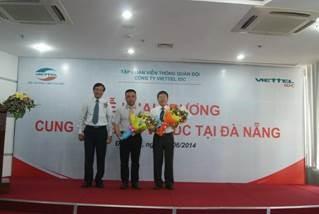 Lãnh đạo sở tặng hoa cho Viettel IDC